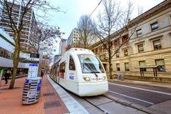 Öffentlicher Transport, TriMet Max Train, in im Stadtzentrum gelegenem Portland stockfoto