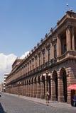 Öffentliches Gebäude mit Säulengang und Beleuchtungen in San Luis Potosi lizenzfreies stockfoto
