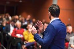 Öffentlichkeitssprecher, der Gespräch am Geschäfts-Ereignis gibt Stockfoto