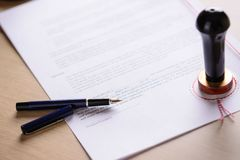 Öffentlichkeitsstift und -metall des Notars stempeln auf Testament Lizenzfreies Stockbild