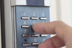 Öffnen der Tür mit Zahlkombination Stockfoto