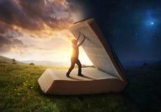 Öffnen des Lichtes der Bibel stockfotografie