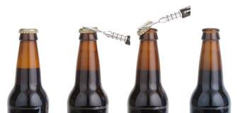 Öffnen einer Bierflascheserie Stockbilder