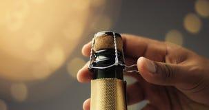 Öffnen einer Flasche von Champagne lizenzfreie stockbilder