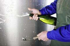 Öffnen einer Flasche von Champagne Stockfotos