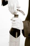 Öffnen einer Flasche Weins Stockfoto