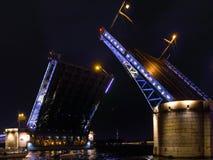 Öffnen einer Palastzugbrücke Neva Fluss, St Petersburg Lizenzfreie Stockfotografie