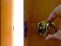 Öffnen einer Tür, um zu beleuchten stockbild