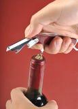 Öffnen einer Weinflasche Lizenzfreie Stockbilder