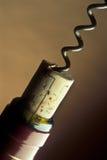 Öffnen einer Weinflasche Lizenzfreies Stockbild