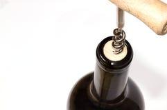 Öffnen einer Weinflasche Stockbild