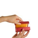 Öffnen eines Geschenkkastens Lizenzfreies Stockbild