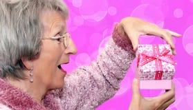 Öffnen eines Liebesgeschenks Lizenzfreie Stockfotos