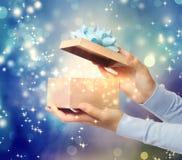 Öffnen eines speziellen Geschenks Stockfotos