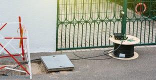 Öffnen Sie Abwassereinsteigelochloch mit Kabel auf Spule spoo Lizenzfreie Stockfotos
