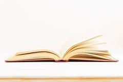 Öffnen Sie alte Bücher auf einem hellen beige Hintergrund Lizenzfreies Stockbild
