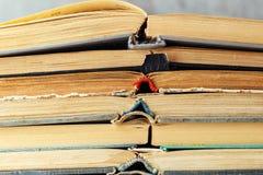 Öffnen Sie alte Bücher werden gestapelt Stockbilder