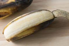 Öffnen Sie alte Bananen-Frucht auf einem hölzernen Brett Lizenzfreies Stockbild