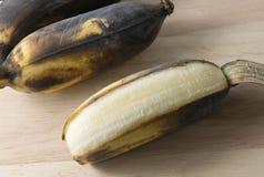 Öffnen Sie alte Bananen-Frucht auf hölzernem Brett Lizenzfreie Stockbilder