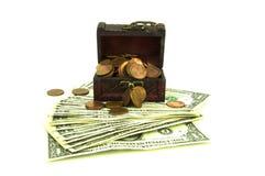 Öffnen Sie alte hölzerne Schatztruhe mit Banknoten und Münzen Stockfotos