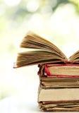 Öffnen Sie altes Buch auf Stapel Stockbilder