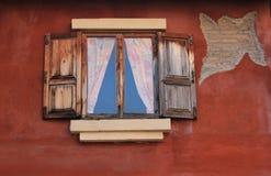 Öffnen Sie altes Fenster auf Backsteinmauer Stockfotos