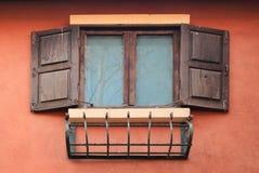 Öffnen Sie altes Fenster auf Backsteinmauer Lizenzfreie Stockfotos