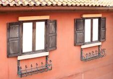 Öffnen Sie altes Fenster auf Backsteinmauer Lizenzfreies Stockfoto