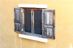 Öffnen Sie altes Fenster auf Backsteinmauer Stockbild