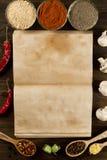 Öffnen Sie altes Weinlesebuch mit Gewürzen auf hölzernem Hintergrund Gesunde vegetarische Nahrung Stockbilder