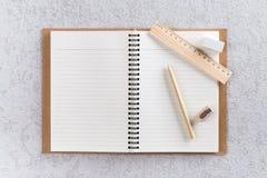 Öffnen Sie Anmerkungsbuch mit Stift, hölzernem Machthaber und Bleistiftspitzer Lizenzfreie Stockfotografie