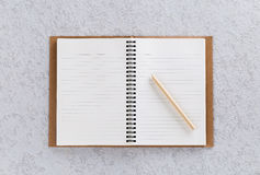 Öffnen Sie Anmerkungsbuch mit Stift, hölzernem Machthaber und Bleistiftspitzer Stockbilder