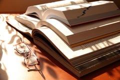 Öffnen Sie Bücher und Gläser Stockfotos