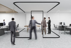 Öffnen Sie Büro mit einem Glasaquarium, Leute Stockfoto