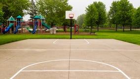 Öffnen Sie Basketballplatz auf einem nebeligen Morgen Lizenzfreie Stockbilder