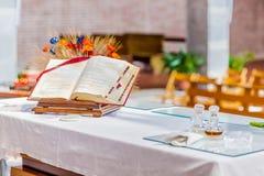 öffnen Sie Bibel auf dem Altar der katholischen Kirche Stockfotografie