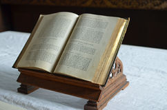 Öffnen Sie Bibel auf einem Altar in einer englischen Kirche Stockfoto