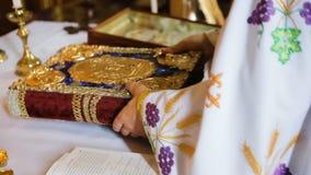 Öffnen Sie Bibel auf einer Kirchenbank stock video footage