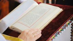 Öffnen Sie Bibel auf einer Kirchenbank stock video