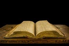 Öffnen Sie Bibel auf Schreibtisch Stockfotografie