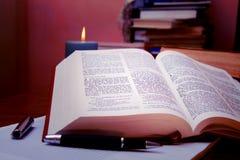Öffnen Sie Bibel auf Studienschreibtisch lizenzfreie stockbilder