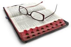 Öffnen Sie Bibel mit Gläsern Stockfotos