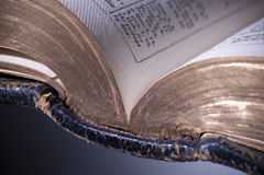 Öffnen Sie Bibel mit Goldrändern Stockfoto