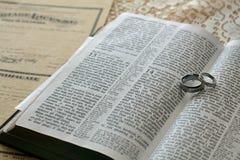 Öffnen Sie Bibel mit Hochzeitsringen Lizenzfreies Stockbild