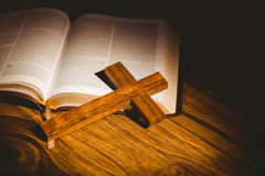 Öffnen Sie Bibel mit Kruzifixikone Stockfoto