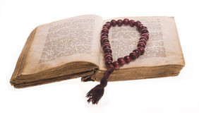 Öffnen Sie Bibel und Rosenbeet Stockbild