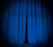 Öffnen Sie blauen Vorhang des Theaterstadiums mit Scheinwerfer Lizenzfreie Stockfotos