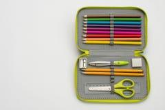 Öffnen Sie Bleistiftkasten auf weißem Hintergrund Lizenzfreie Stockfotos