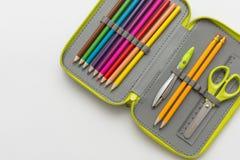 Öffnen Sie Bleistiftkasten auf weißem Hintergrund Stockbild