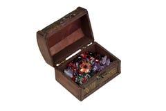 Öffnen Sie braunen Kasten mit dem Schmuck, der auf weißem Hintergrund lokalisiert wird stockfotografie